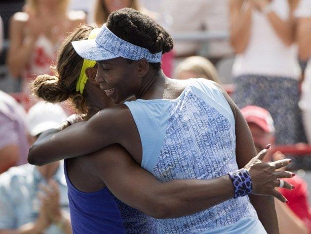 Venus Williamsová (vpravo) přijímá gratulace od své soupeřky a sestry Sereny po vyhraném semifinále turnaje v Montrealu.