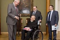 Prezident Miloš Zeman přijal na Hradě představitele Národní rady osob se zdravotním postižením ČR, předsedu Václava Krásu (třetí zprava), místopředsedu Jana Uherku (druhý zprava) a prvního místopředsedu Jiřího Morávka.