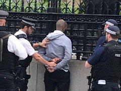 zadržený muž před Westminsterským palácem, sídlem Parlamentu