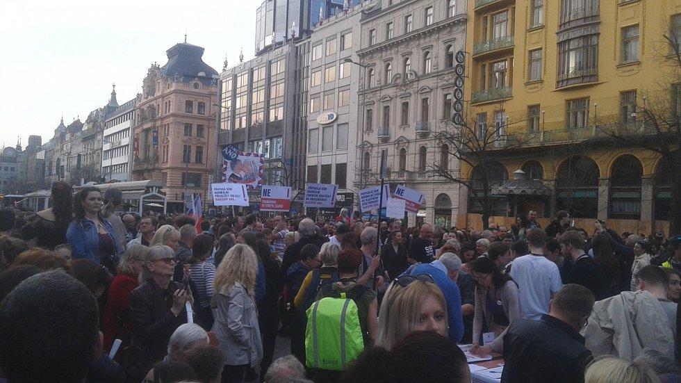 Lidé demonstrují na pražském Václavském náměstí.
