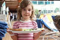 Při letním cestování v cizině by děti měly dostat k pití výhradně balenou nebo převařenou vodu, ovoce a zeleninu vždy oloupané a omyté. Stravovat by se měly v zařízeních od střední cenové úrovně výše a jíst jen čerstvě uvařené jídlo.