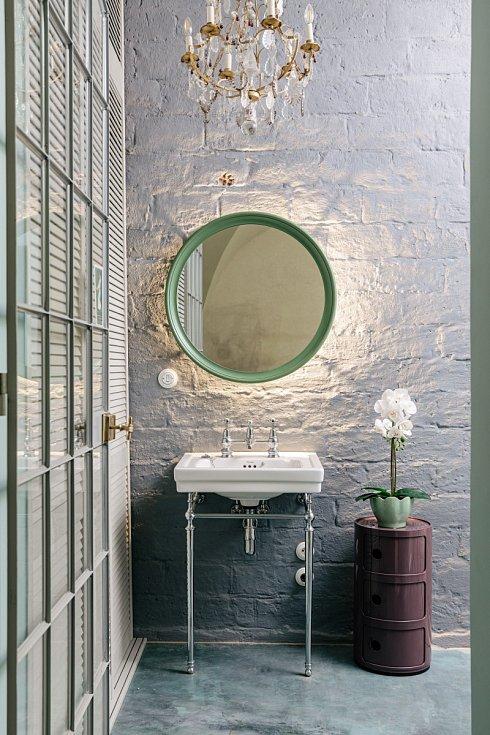 Dokonalé klasické tvary sanitární keramiky a baterií Burlington dobře vyniknou na lehce omítnuté stěně s patrnou strukturou cihel a probarvené betonové stěrce na podlaze.
