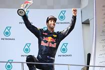 Daniel Ricciardo s trofejí pro vítěze Velké ceny Malajsie
