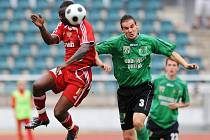 Útočník Dukly Praha Dani Chigou (vlevo) a obránce Sokolova František Kura bojují o míč. Dukla zvítězila 2:0.