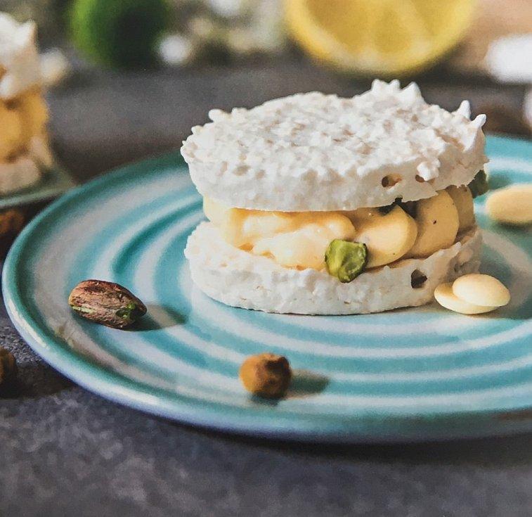 V nové knize prezentuje svých 47 sladkých receptů na kremrole, laskonky nebo třeba i meruňky s mákem a pistáciemi, žloutkové řezy, dorty nebo větrníky.
