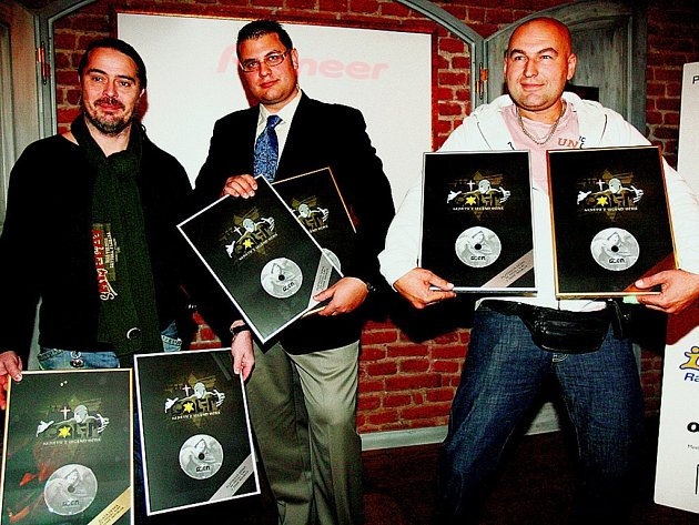CD Muzikálu Golem obdrželo platinovou desku. K jejímu převzetí se 22. října do pražské restaurace Monarch dostavili syn Karla Svobody Petr (uprostřed), zpěvák Lou Fanánek Hagen (vpravo) a další hosté.