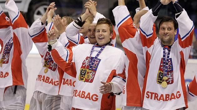 Čeští in-line hokejisté slaví titul mistrů světa.