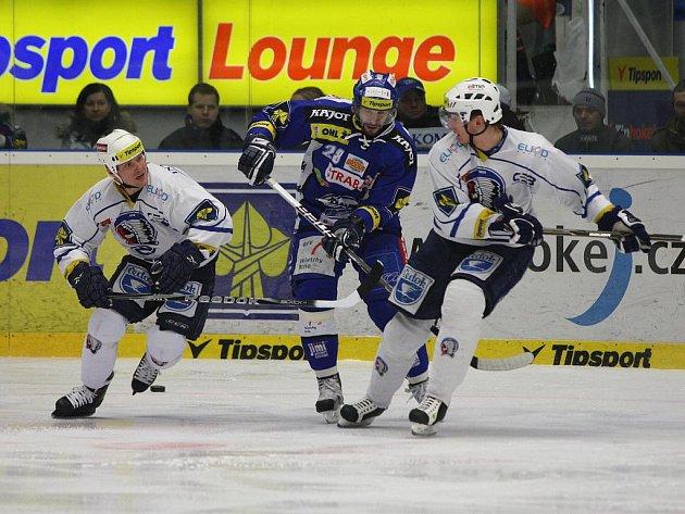 Útočník Brna Radek Dlouhý (v modrém) se snaží prosadit proti hráčům z Plzně.