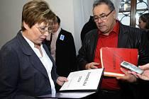 Předsedkyně petičního výboru sněmovny Zuzka Bebarová-Rujbrová převzala 28. ledna od starosty Kmetiněvsi na Kladensku Luďka Kvapila petici a výzvu k trestání mladistvých vrahů a násilníků.