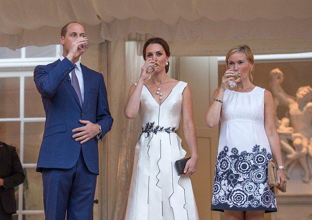 Královský pár během večírku na počest narozenin královny v Polsku