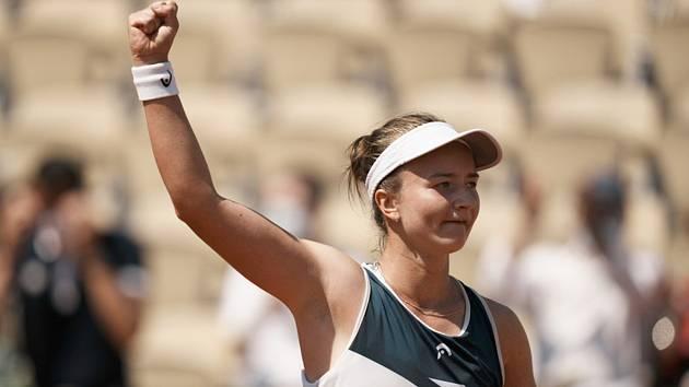 Česká tenistka Barbora Krejčíková se raduje z postupu do čtvrtfinále French Open.