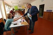 První voliči v Euvolbách 2019 po otevření volebních místností v Litoměřicích vhodili svůj hlas do urny.