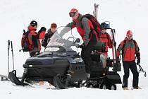 Odpoledne na veřejnost pronikla zpráva, že v nejvyšších českých horách spadla v úterý lavina. Měla zasypat několik lidí. Jak se nakonec ukázalo, jednalo se o cvičení záchranářů.
