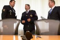 Ministr vnitra Milan Chovanec předal symbolickou kobru (na snímku v popředí) policejnímu prezidentovi Tomáši Tuhému na setkání 13. června v sídle Policejního prezidia v Praze.