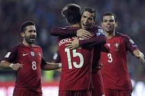 Cristiano Ronaldo oslavuje se spoluhráči svůj čtvrtý gól do sítě Andorry