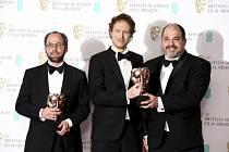 Producent Gabor Sipos (zleva), režisér Laszlo Nemes a producent Gabor Rajna s cenou za film 'Son of Saul'