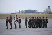 Speciál s ostatky českých vojáků je již na ruzyňském letišti.
