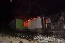 Oheň zachvátil jednu ze staveb v osadě v obci Richnava na Slovensku.