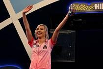 Šipkařka Fallon Sherrocková jako první žena vyhrála zápas na mistrovství světa.