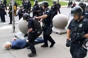 Sražení seniora při demonstraci v americkém Buffalu