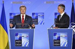 Prezident Ukrajiny Petro Porošenko a tajemník NATO Jens Stoltenberg.