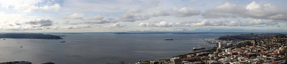 Panoramatický pohled Pugetův záliv z věže Space Needle v Seattlu