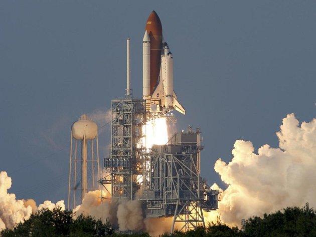 Raketoplán Atlantis opouští startovací rampu v Kennedyho vesmírném centru na Floridě a míří k ISS.