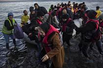 Proud migrantů mířících přes Řecko do západní Evropy nepolevuje – z ostrovů v Egejském moři dnes na pevninu dorazilo přes 3600 uprchlíků, další 2000 se vylodí v Aténách večer.