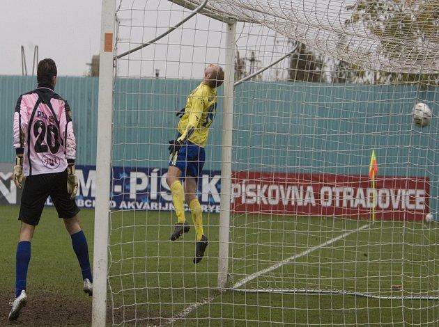 Vyrovnáno na 3:3! Na míč z trestného kopu Šislera v 94. minutě jihlavský fotbalista Sviták nedosáhl (vlevo je gólman Macháček).