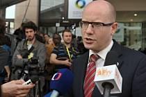 Český premiér Bohuslav Sobotka hovoří s novináři v Bruselu.