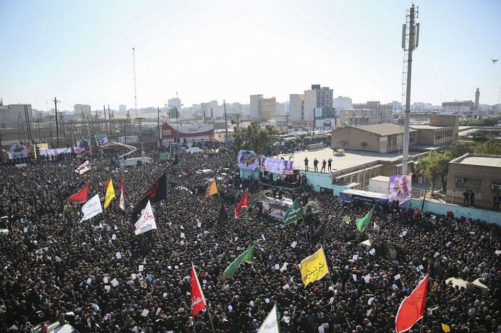 Tlačenice při pohřbu Kásema Solejmáního vedla k ušlapání desítek lidí