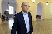 Expremiér Bohuslav Sobotka přichází 28. srpna 2020 k Městskému soudu v Praze, kde pokračovalo hlavní líčení v případu rozdělování sportovních dotací. Sobotka je předvolaný jako svědek.