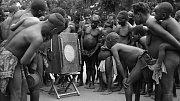 Afričtí domorodci klanící se písním záhadného poloboha jménem Chemirocha, z něhož se vyklubal americký country-bluesový zpěvák Jimmie Rodgers