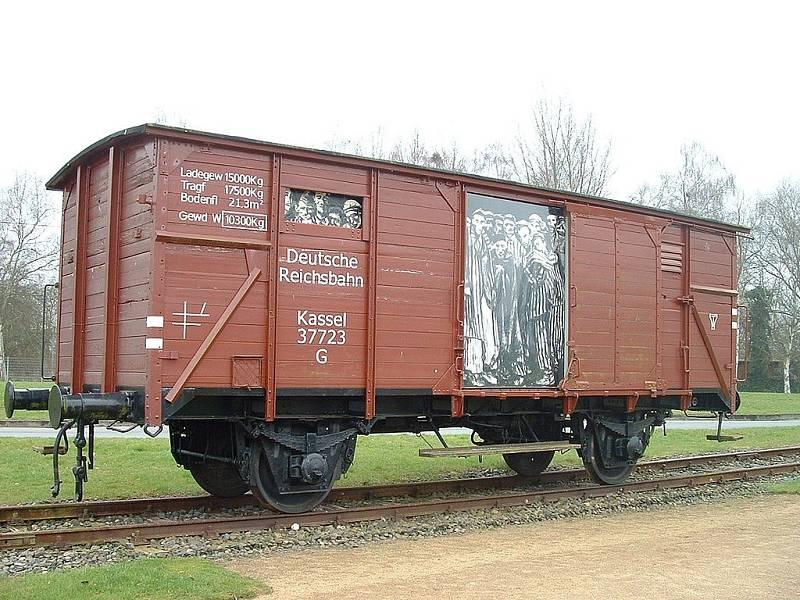 Jeden z rekonstruovaných nákladních vagonů, v nichž byli Židé sváženi do koncentračních táborů
