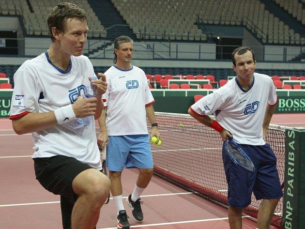 Tomáš Berdych (vlevo) a Radek Štěpánek (vpravo) si pod vedením nehrajícího kapitána Jaroslava Navrátila otestovali taraflex v ostravské ČEZ Aréně.