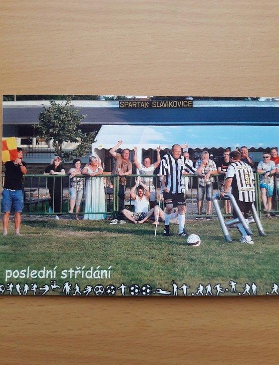 Fotbal a moje rodina. Fotky jsou ze svatby, kterou měl loni nejstarší hráč Spartaku Slavíkovice primo na hřišti.