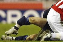 Noha Aarona Ramseyho po faulu Ryana Shawcrosse.