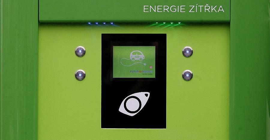 Skupina ČEZ představila na tiskové konferenci 30. listopadu v Praze svoji první dobíjecí stanici pro elektromobily.