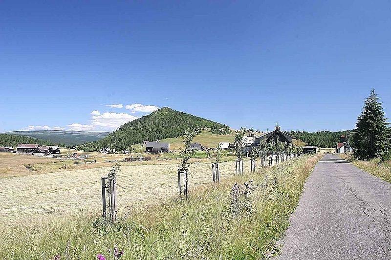 Osada Jizerka. Sklářská osada je významná turistická křižovatka, výchozí bod pro výlety pěších turistů, cyklistů a vzimě i běžkařů.