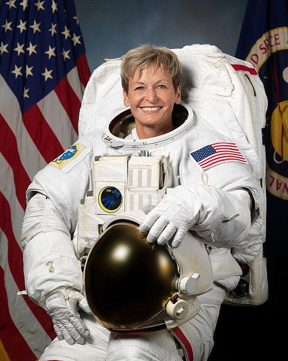 Astronautka Peggy Whitson drží dodnes nepřekonaný vesmírný rekord. S přestávkami strávila ve vesmíru více času, než kdokoliv jiný. Z NASA sice odešla před 3 lety do důchodu, ale nyní se plánuje do vesmíru vrátit. Na palubě stroje soukromé společnosti.