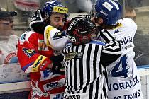 Hokejisté Vítkovic vstoupili do semifinálové série play off proti Pardubicím domácím vítězstvím 4:0.