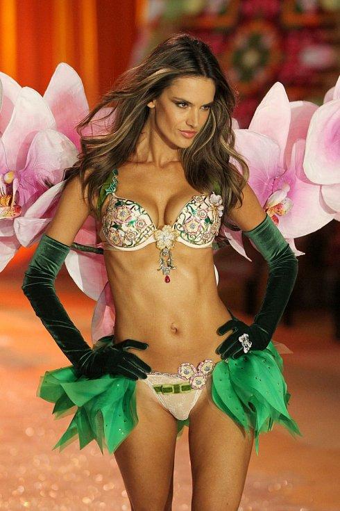 """Alessandra Ambrosio měla na sobě na přehlídce Victoria´s Secret v roce 2013 legendu mezi podprsenkami tzv. """"Fantasy Bra"""". Stála ohromných 2.5 milionu dolarů."""