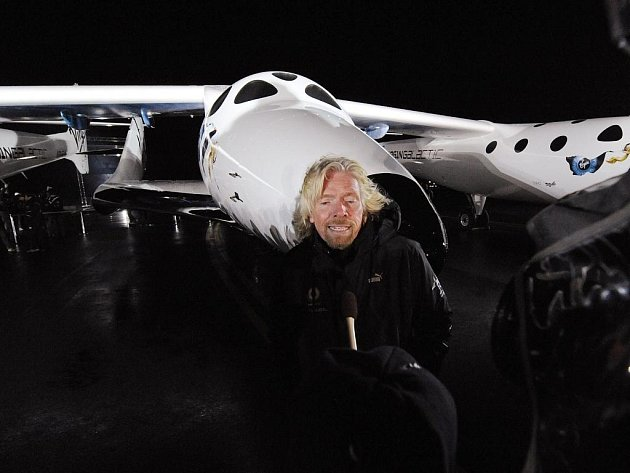 Richard Branson představil loď SpaceShipTwo, kterou by od roku 2011 mohli do vesmíru létat turisté