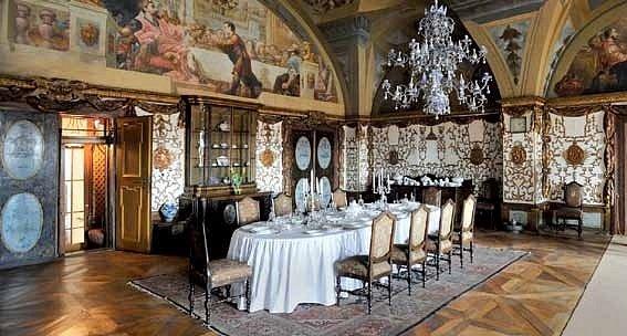 ZÁMEK ZÁKUPY. Instalace jídelního stolu se vrací do doby před asi 150lety.