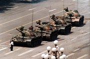 Neznámý muž před tankem. Nejznámější fotografie byla pořízena až po masakru.
