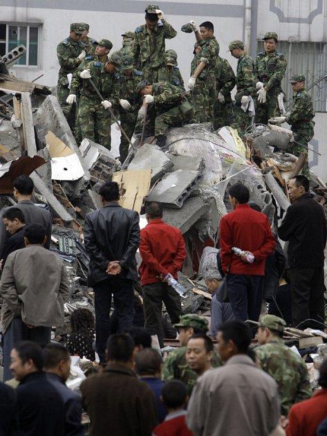 Centrální vláda poslala do S'čchuanu desítky tisíc vojáků, aby maximálně urychlila vyprošťování zavalených lidí.