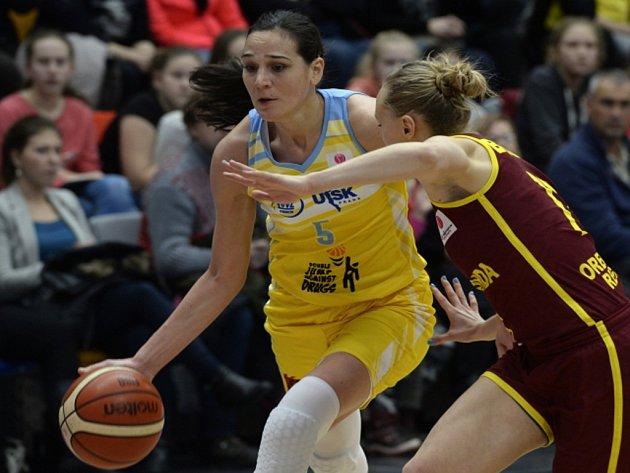 Sonja Petrovičová z USK Praha (vlevo) proti Orenburgu.