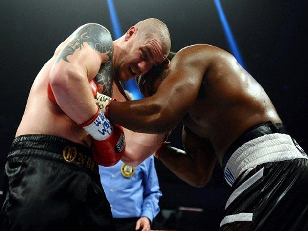 Boxer Ondřej Pála (vlevo) a Dereck Chisora v bitvě o mezinárodní tituly organizací WBO a WBA v těžké váze.