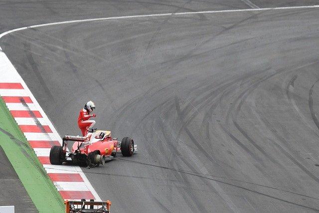 Sebastian Vettel opouětí svoje ferrari poté, co vyjel z trati.