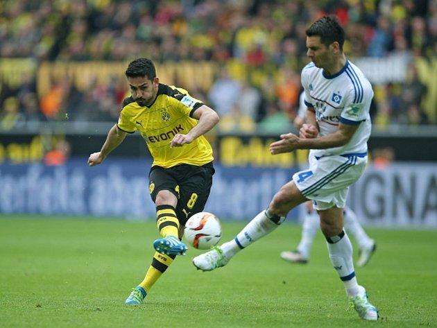 Ilkay Gündogan z Dortmundu (vlevo) pálí proti Hamburku.